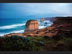 l'État du Victoria, dans le sud australien. Un road trip sur la Great Ocean Road, de Melbourne à Adélaïde, permet de découvrir un littoral resté sauvage et des parcs nationaux grandioses.