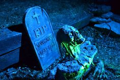 DIY Glowing grave and other cool yard ideas