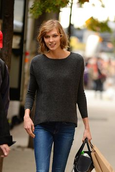 With a casual sweater and jeans combo, Supermodel Karlie Kloss is ready for fall in simple style.