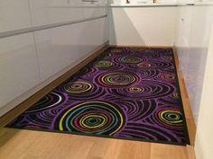 Fußmatte mit Kreismuster von Pattern Design liegt in der Küche.