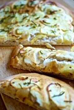 Las focaccias son ligeros panes planos, originarios de Italia, que se sirven para acompañar los antipasti, los aperitivos italianos de jamón, queso, salami y otros embutidos. Se pueden aromatizar con hierbas, secas o frescas, queso o verduras. Para esta focaccia de patata y romero usamos una masa de pan ligera enriquecida con aceite de oliva …