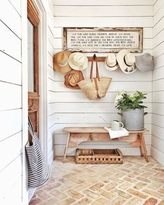 Farmhouse decor reflects a slower, more relaxed pace of life in the country. Find out how to decorate with Farmhouse style with Interior Designer, Tracy Svendsen. Modern Farmhouse Decor, Farmhouse Design, Farmhouse Style, Modern Cottage Style, Cottage Style Decor, Urban Farmhouse, Cottage Style Furniture, Cottage Style Mudroom, Decoration Entree