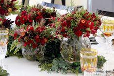 Arranjos de diferentes alturas: são usados para compor uma mesa ampla e espaçosa para preencher o centro. Flores de inverno com tons sóbrios ficam mais bonitas durante um jantar. Já as mais clara combinam mais com a luz do dia. Esse editorial foi pensando para um jantar formal.
