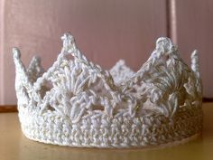 crowns crocheted Baby Crown in White & Gold highlights Crochet Baby Clothes, Crochet Baby Hats, Knit Or Crochet, Cute Crochet, Crochet For Kids, Crochet Crown Pattern, Crochet Stitches Patterns, Crochet Decoration, Gold Highlights