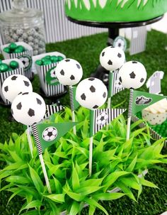 Soccer football birthday party ideas for boys or girls! Lots of creative DIY decorations, party printables, food and fun favors ideas! Soccer Birthday Parties, Birthday Party Desserts, Football Birthday, Soccer Party, Sports Party, Football Soccer, Diy Birthday, Football Players, Soccer Banquet