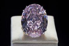 """L'image du jour: le """"Pink Star"""", le plus gros diamant rose au monde, a trouvé acquéreur mercredi à Genève pour 76,3 millions de francs suisses (plus de 60 millions d'euros)."""