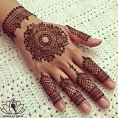 You HAVE to see these Minimal new mehndi design ideas for this wedding season! Party the mehndi party away with these back of the hand henna ideas! Finger Henna Designs, Henna Art Designs, Mehndi Designs For Fingers, Unique Mehndi Designs, Mehndi Design Pictures, Beautiful Henna Designs, Bridal Mehndi Designs, Finger Mehndi Design, Dubai Mehendi Designs