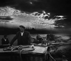 The Magnum photographer Ara Güler was born in Istanbul in 1928 to ethnic Armenian parents. His images of his home city take viewers back in time through an Istanbul that has changed at breakneck speed Old Photography, Artistic Photography, Street Photography, Photography Magazine, People Photography, Magnum Photos, Istanbul City, Istanbul Turkey, Saatchi Gallery