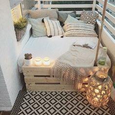 balkongestaltung bett paletten musterkissen schlafdecke beige kerzen musterteppich kaktus pflanze