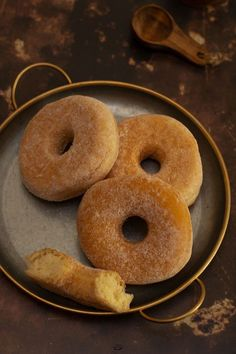 Baked donuts, no frying, light and easy recipe - Eating donuts without the fat and the smell of frying is possible with baked donuts. Easy Smoothie Recipes, Easy Smoothies, Healthy Crockpot Recipes, Snack Recipes, Vegetarian Recipes, Crepes, Coconut Smoothie, Healthy Smoothie, Baked Donuts
