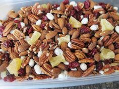 Homemade Trail Mix Whole Almonds Shredded Coconut Semi-sweet Chocolate Chips raisins Multigrain Cheerios I just throw in whatever, no measurements. Its the best homemade trail mix Ive had in awhile Check out the website Healthy Eating Recipes, Healthy Treats, Snack Recipes, Cooking Recipes, Healthy Lunches, Healthy Food, Homemade Trail Mix, Trail Mix Recipes, Yummy Food