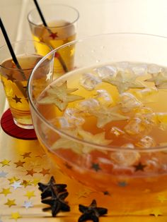 New Year's Eve Food / Drink: PUNCH with star fruit--Looks good for New Year's… New Years Eve Drinks, New Years Eve Food, New Years Eve Party, Cold Green Tea, Rock And Roll Birthday, New Years Appetizers, Rock Star Party, Nouvel An, Party Treats