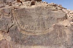 petroglifo de un barco de junco picado sobre la superficie de la pared de roca, parte del ciclo de Nag el-Hamdulab, Egipto.