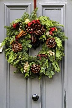 Looking for beautiful Christmas wreaths? Here, we have a good collection of some of the most beautiful Christmas wreaths ideas. Get inspiration from these Christmas wreath decoration ideas. Christmas Reef, Christmas Flowers, Natural Christmas, Noel Christmas, Beautiful Christmas, Burlap Christmas, Christmas Movies, Christmas Christmas, Christmas Island