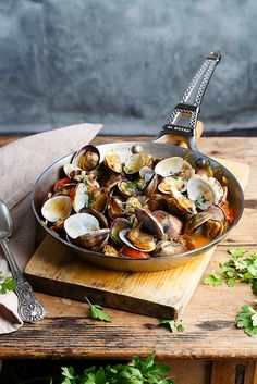 Almejas Ee Salsa (Clams in Sauce) Fish Recipes, Seafood Recipes, Cooking Recipes, Healthy Recipes, Seafood Dishes, Fish And Seafood, Food For Thought, Food Styling, Fast Recipes