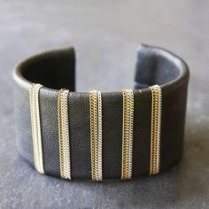 Manchette Tina cuir noir, bracelet couture cuir orné de petites chaînes argent & dorées par 5 Octobre.