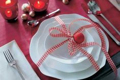 For some, setting the table for Christmas is very difficult because you need colourful materials to make your table look lively and elegant. Christmas Table Settings, Christmas Tablescapes, Christmas Table Decorations, Holiday Tables, Decoration Table, Centerpiece Ideas, Centerpieces, Blue Christmas, Christmas Images