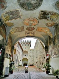 Scarperia del Mugello, palazzo dei Vicari con corte interna. Toscana.