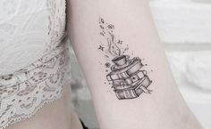 If you love reading a good story, check out the selection we made with several tattoo options perfect books to show their passion for reading. Line Tattoos, Body Art Tattoos, Small Tattoos, Sleeve Tattoos, Tatoos, Bookish Tattoos, Literary Tattoos, Small Book Tattoo, Teacher Tattoos