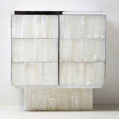 Cabinet en gypse et laiton chromé imaginé par Yann Jallu
