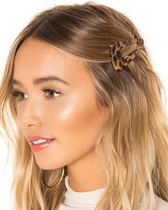 Looking to freshen up the way you wear your hair but not wanting to change the color and cut? Here are 5 of the best NYFW Hair accesory trends to consider. Clip Hairstyles, Headband Hairstyles, Pretty Hairstyles, Cute Lazy Hairstyles, Hair Styles Headband, Hairstyles For Going Out, Hairstyles For Pictures, Hairstyles For Picture Day, Short Hair Headband