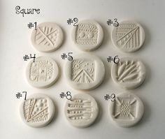 Este listado está para un conjunto de cuatro 4 estampillas de textura, miden aproximadamente 3/4 a 1 1/4 dependiendo del tamaño y forma.  Se puede elegir entre las siguientes formas:  1. lágrimas  2. medias lunas  3. en forma de abanico  4. elegir las formas y patrones  Le enviaré fotos de los patrones de estos sellos que tienes para elegir.  -O-  5. variedad 4-Pack: 1 un sello triangular de 3 lados 1 un 4 lados sello cuadrado Una 1 estampilla de círculo Sello de 1 uno flor  Las imágenes…