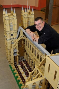 Art in LEGO bricks — Warren Elsmore Warren Elsmore mit LEGO Westminster Abbey. Lego Hogwarts, Lego Design, Legos, Lego Poster, Big Lego, Lego Display, Lego Sculptures, Anniversaire Harry Potter, Amazing Lego Creations