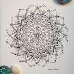 Cuando necesitas dibujar, crear, plasmar lo que lucha por salir de tus manos e imaginación... hay que ponerse manos a la obra de inmediato! Así me ha pasado con este mandala. Mandala adiction!!!