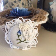 🌹 Broche de pino branco e bordado azul -  /   🌹  Brooch pin white and blue embroidery -