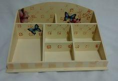 Caixa em MDF, com pintura e decoupagem no tema flores e borboletas. <br>Medidas 26x36cm. <br>Faço também em outras cores e temas - consulte disponibilidade.