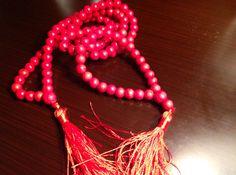 Rosario budista y brazalete tibetana con howlitas rojas con pompones rojos para mujeres y hombres