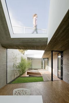 Caramel's long narrow House in Vienna encloses a sunken courtyard is part of Courtyard garden House - A courtyard garden divide the two sides of this concrete house in Vienna, which has been squeezed onto a plot just five metres wide Modern Exterior, Interior And Exterior, Casa Patio, Narrow House, Courtyard House, Courtyard Gardens, Atrium Garden, House Gardens, Cottage Gardens
