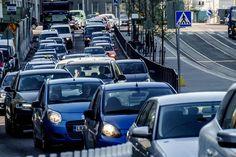 Kokosimme väitteitä kaupunkiajosta: Asiantuntija kertoo, saako risteyksessä vaihtaa kaistaa, räplätä puhelinta punaisissa tai pujotella autojonoja moottoripyörällä - Auto - Helsingin Sanomat