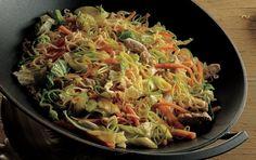 Wok med svinekød og nudler er en lækker wok opskrift med skinke, gulerødder og porrer. Den smagfulde marianade med ingefær og hvidløg sikrer en dejlig smag. Glæd dig! Wok, Asian Recipes, Ethnic Recipes, Japchae, Cabbage, Food And Drink, Pasta, Bread, Vegetables