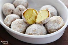 Ten przepis to nasze odkrycie tej jesieni – ziemniaki z piekarnika, które smakują i wyglądają jak z ogniska. Te ziemniaki zachwycą każdego. Na pierwszy rzut oka trudno rozpoznać, jak zostały zrobione. Wyglądają jak wyjęte prosto z popiołu i w smaku bardzo przypominają te z ogniska. Są przepyszne z masłem, ale też doskonale nadają się jako … Potato Recipes, Vegan Recipes, Cooking Recipes, Polish Recipes, Tapas, Delicious Desserts, Food And Drink, Favorite Recipes, Snacks