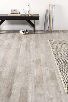 KARWEI | Een vloerkleed creëert een mooi contrast met je houten vloer en geeft de finishing touch aan je woonkamer.