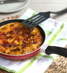 Frittata voor op de camping When you are at the campsite, cooking is often a challenge. You can still put some culinary items on the table, such as this frittata. Camping Breakfast, Camping Coffee, Go Veggie, Camping Meals, High Tea, Just In Case, Macaroni And Cheese, Curry, Easy Meals