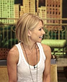 Kelly Ripa shows off her new bob on TV. #celebrityhair#kellyripa