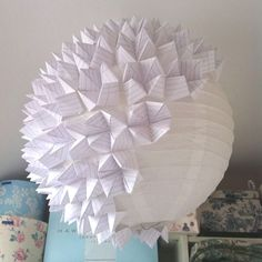 With only two basic things a plain paper lampshade from IKEA and around 50 Fortune Tellers you can make this creative origami lampshade.