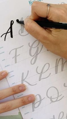 Calligraphy Lessons, Calligraphy Tutorial, Hand Lettering Tutorial, Learn Calligraphy, Capital Letters Calligraphy, Calligraphy Name, Hand Lettering For Beginners, Calligraphy For Beginners, Hand Lettering Alphabet