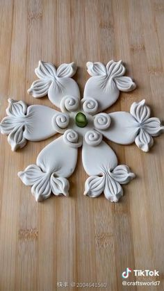 Decoration Patisserie, Food Decoration, Cake Decorating Techniques, Cake Decorating Tips, Food Crafts, Clay Crafts, Fondant Flower Tutorial, Amazing Food Art, Cake Decorating Frosting