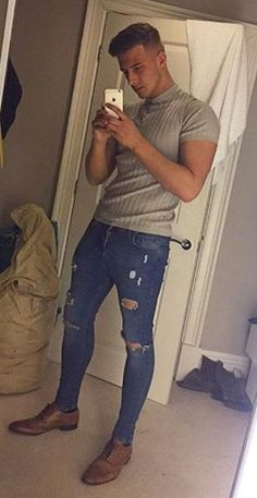 Mens street style fashion look with ripped jeans Stylish Men, Men Casual, Casual Shoes, Casual Outfits, Urban Fashion, Mens Fashion, Style Fashion, His Jeans, Ripped Jeans