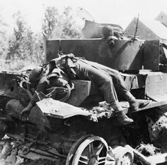 19 August 1944 Falaise – fighter bombers attack the German retreat. A knocked-out German PzKpfw IV tank with the burnt bodies of two of its crew in the Falaise Pocket, 24 August 1944 German Soldiers Ww2, German Army, Germany Ww2, Man Of War, Ww2 Photos, Photographs, Foto Real, War Image, War Photography