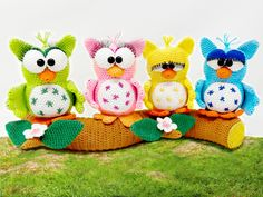 "Crochet Pattern little owls on tree trunk"" from Diana´s kleiner Häkelshop Super cute owl decoration. The 4 little owls sit comfortably on their tree trunk, are constantly just telling stories. Sometimes so much that one or the other gets terri Crochet Baby Hat Patterns, Crochet Owls, Crochet Baby Hats, Half Double Crochet, Single Crochet, Diana, Baby Owls, Cute Owl, Crochet Basics"