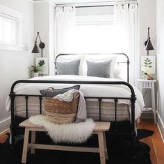 You can decorate guest bedrooms without neglecting their cosy sides. A guest bedroom can still look stylish. We have 30 cosy guest bedroom ideas in the . Read Cozy Guest Bedroom Ideas 2020 (For Your Inspiration) Home Decor Bedroom, Bedroom Inspirations, Home Bedroom, Bedroom Makeover, Guest Bedrooms, Small Master Bedroom, Small Apartment Bedrooms, Spare Bedroom, Home Decor