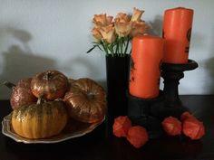 Ingen halloween uden orange og sort. Men almindelige pyntegræskar er her blevet shinet lidt ekstra op med glimmer og placeret på et sølvfad. I baggrunden ses en vase som er malet sort og fyldt op med orange roser. Og de japanske lygter står ikke smukkere end de gør nu!