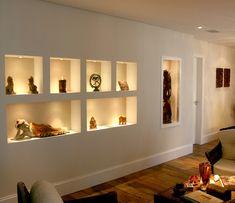 As luminárias inseridas transformou os nichos em um grande abajur (Foto: Divulgação)