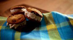 """""""crème"""" glacée au soya et bananes- fait avec des petits fruits des champs (mon ajout) très bon!"""