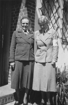 Margarete Himmler (links) stellt mit einem Kollegen im Deutschen Roten Kreuz. Im Ersten Weltkrieg hielt II Margarete eine sickeningly heuchlerisch Post im Deutschen Roten Kreuz Inspektion Feldstationen.