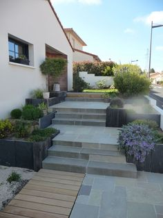 18 ideer til din havesti - Haver og udvendigt - Best Pins Garden Stairs, Garden Entrance, House Entrance, Front Porch Stairs, Porch Steps, Small Gardens, Outdoor Gardens, Garden Paths, Garden Landscaping